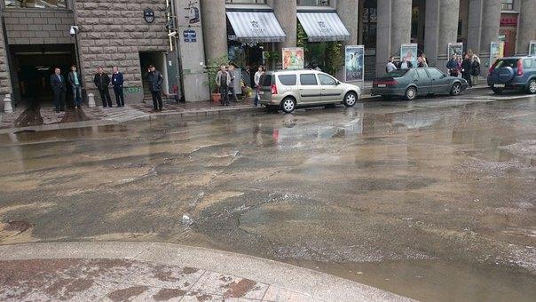 Караванную улицу рядом с«Домом кино» затопил прорвавшийся трубопровод  . Изображение № 1.