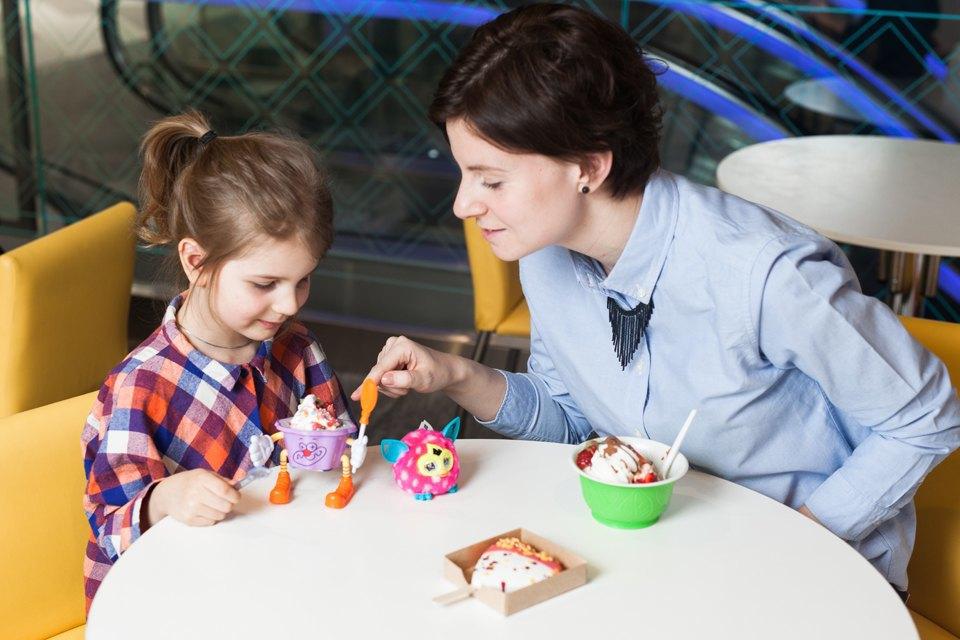 Настя и Саша в кафе-мороженом No Pink. Изображение № 1.