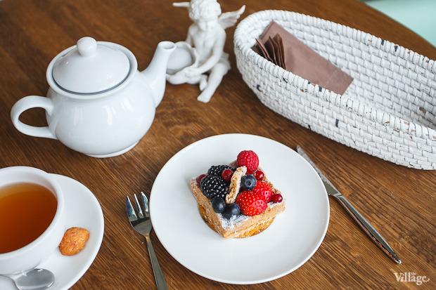 Тарталетка по-французски со свежими ягодами и ежевичным фланом — 360 рублей. Изображение № 32.