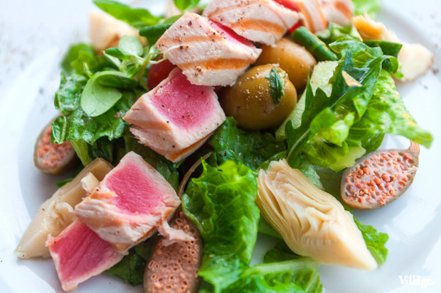 Средиземноморский салат «Ницца» с тунцом и артишоками — 590 рублей. Изображение № 36.