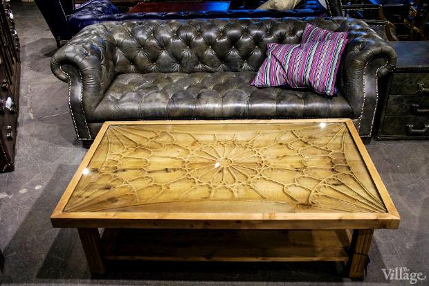 Диван Bensington — 151720 рублей, стол Universitas Coffee Table, Oxford (орнамент повторяет витраж главного Оксфордского собора) —  135650 рублей. Изображение № 18.