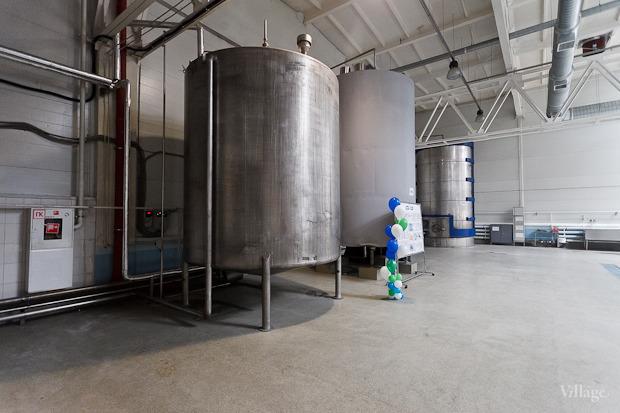 По специальным трубам молоко направляется из машин на нормализацию. Изображение № 7.