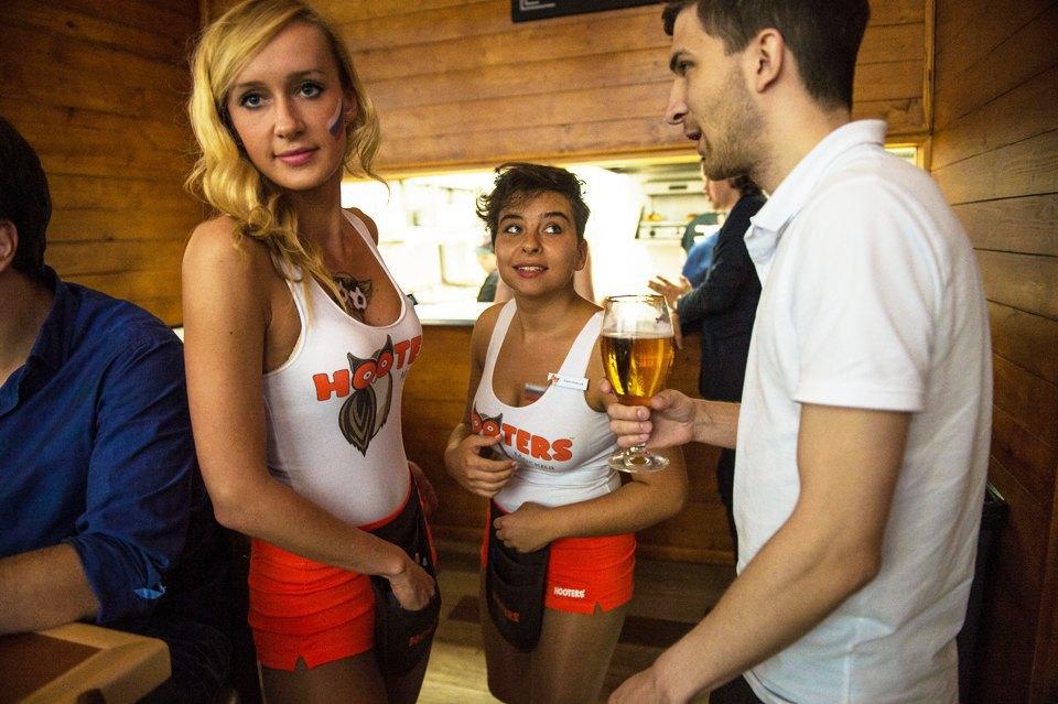 Полуголая правда: Как откровенно одетые официантки работают вмужском баре. Изображение № 9.