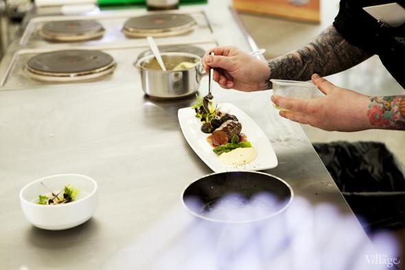 Omnivore Food Festival: Алекс Жилюк готовит картофельные оладьи с чёрной икрой и баллотин из ягнёнка. Изображение № 23.
