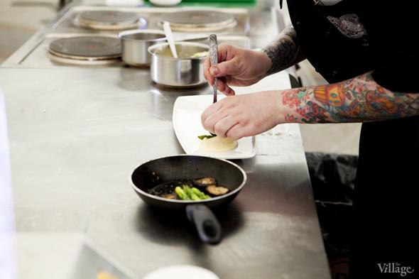 Omnivore Food Festival: Алекс Жилюк готовит картофельные оладьи с чёрной икрой и баллотин из ягнёнка. Изображение № 22.