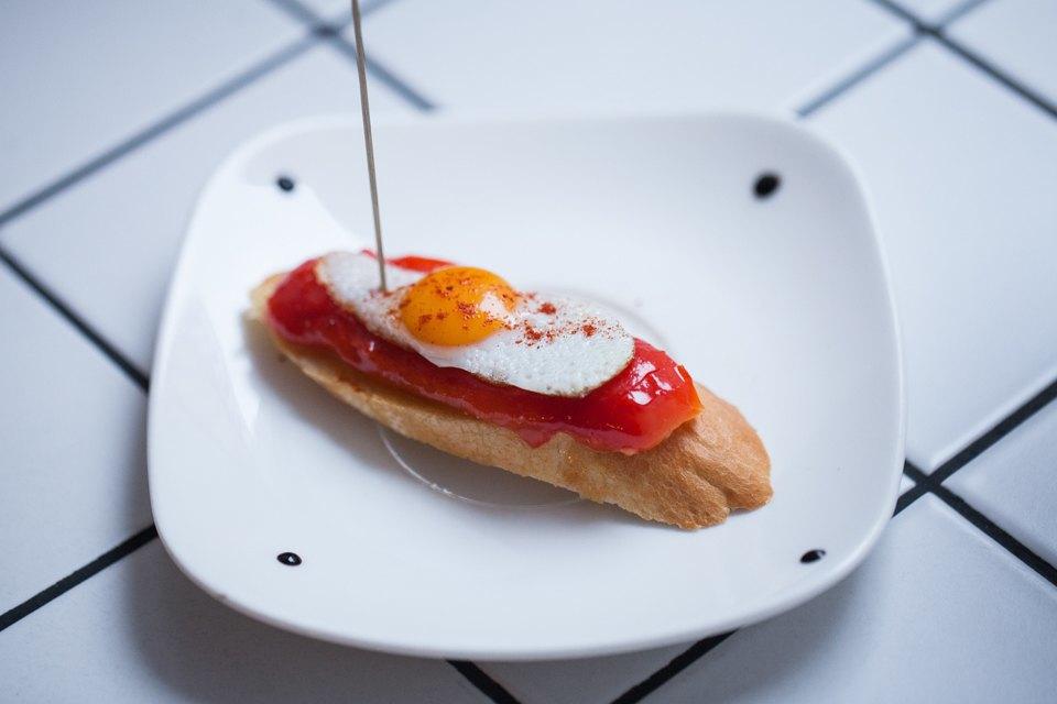 Запеченный маринованный перец и яйцо перепелки на багете — 70 рублей  . Изображение № 7.