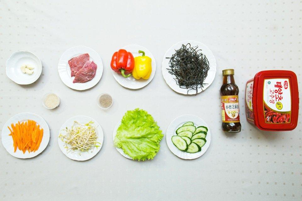 Пибимпап: рис, яйцо, маринованное мясо (говядина), шампиньоны, чеснок, кунжутное масло, перцовая паста кочудян, соевый соус, кунжут, овощи, салат, папоротник, кинза, перец, огурец, морковь, ростки машевых бобов.. Изображение № 3.