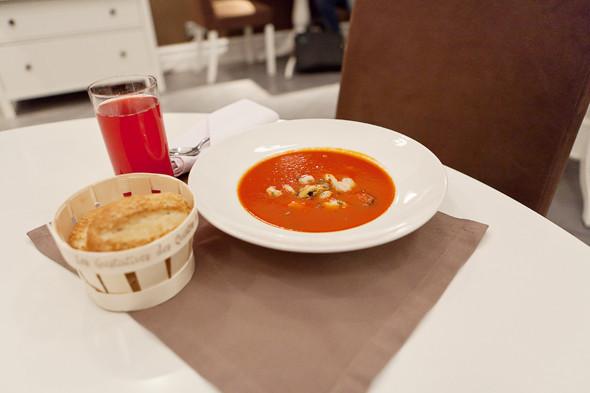 Томатный суп с морепродуктами — 350 рублей и клюквенный морс — 90 рублей. Изображение № 26.