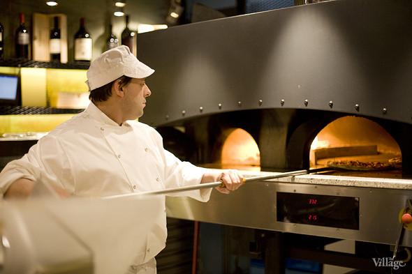 Пицца отправляется в дровяную печь буквально на 3 минуты