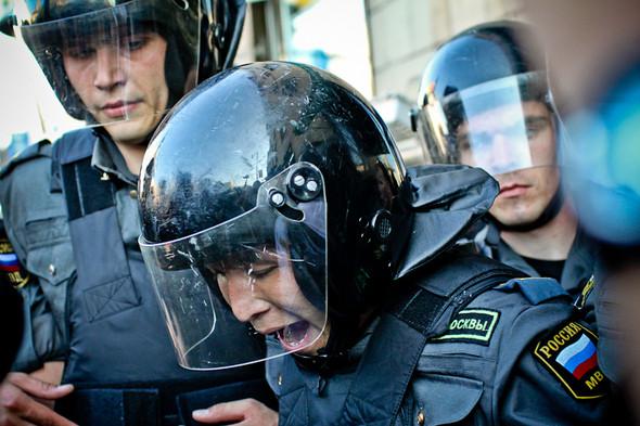 Один из полицейских получает травму.