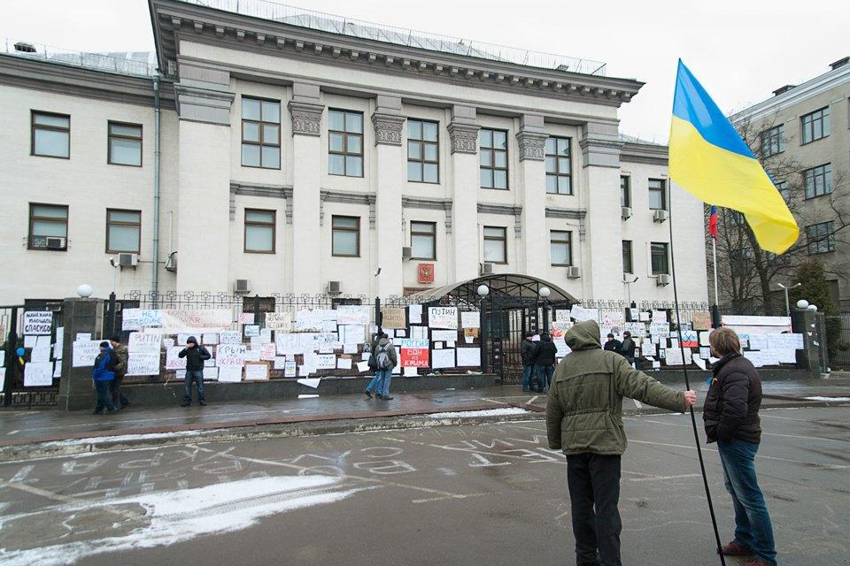 Плакаты на воротах российского посольства в Киеве . Изображение № 12.