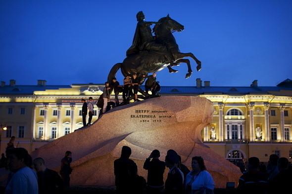 Сенатская площадь за пределами кордонов. Пьяные молодые люди облепили памятник Петру I.