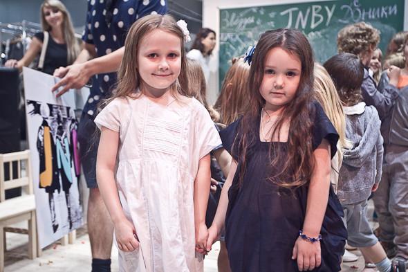 У этой белое, а у этой черное платье. Ну знаешь, брат мой... Они милые. Ну они мне нравятся... Нравятся. Нравятся. Нравится. И все тут. Да. А где еще другие девочки?. Изображение № 24.
