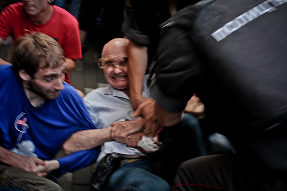 Полицейские грубо обращаются с пожилыми людьми и женщинами.. Изображение № 25.