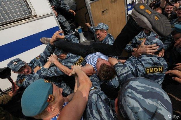 Фото дня: Десантники пытались избить гей-активиста на Дворцовой. Изображение № 9.