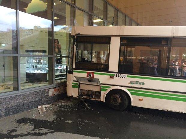 На «Речном вокзале» автобус врезался в торговый центр. Изображение № 3.