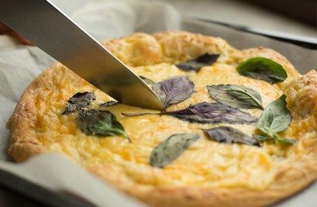 Повар LookAtMedia готовит пиццу «Четыре сыра» ичизкейк изроссийских продуктов. Изображение № 10.