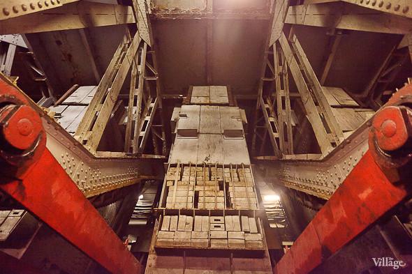 Фоторепортаж: Как разводят Дворцовый мост. Изображение № 18.