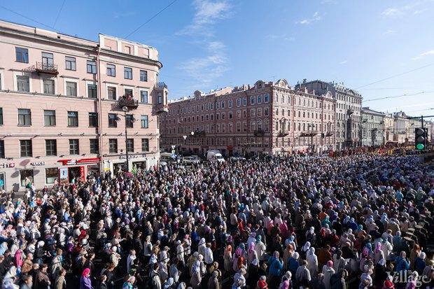 Фото дня: Крестный ход по Невскому проспекту. Изображение № 5.
