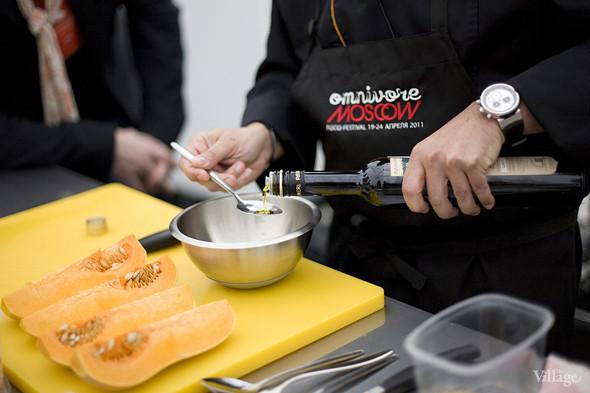 Для соуса нужны 4 компонента. Первый —оливковое масло. Изображение № 21.