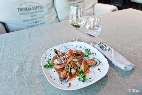 Салат с лососем, тигровыми креветками, каперсами и лимонным кремом — 340 рублей. Изображение № 44.