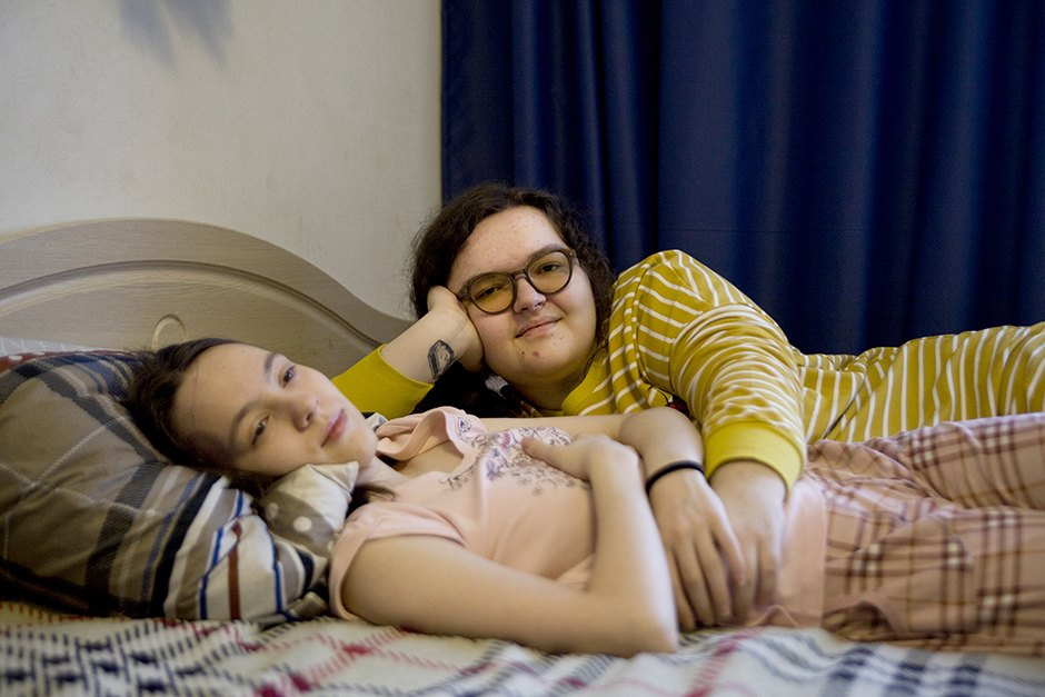 Две Лесбиянки Уступили Девочкам Кровать