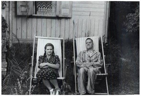 На даче с дочерью Надеждой, начало 1950-х.. Изображение № 7.