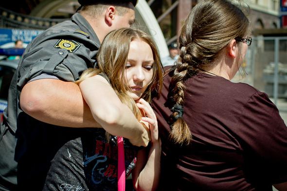 Общая схема задержания: когда кто-либо высказывался за права геев, толпа обступала его и начинала выкрикивать оскорбления; когда дело доходило до драки, полиция грубо извлекала человека из толпы и, скрутив, уводила в автобус.