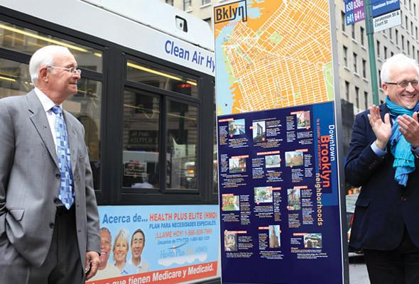 Большое значение имеет расположение навигационных знаков. Дэвид Гибсон со своим партнером из Metrotech BID отмечает установку первого знака в самом людном и оживленном месте Бруклина.. Изображение № 27.