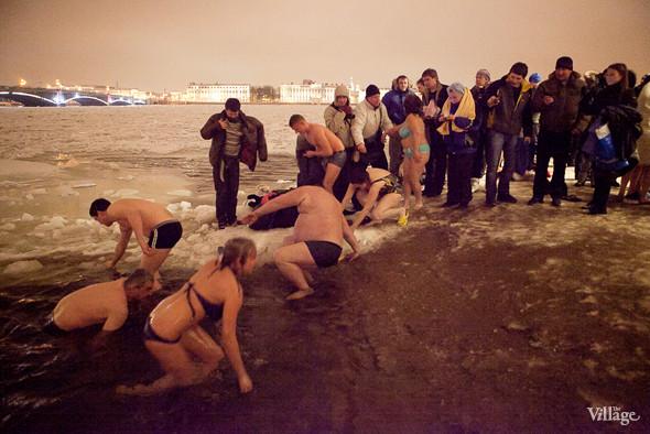 Фоторепортаж: Крещенское купание в Петербурге. Изображение № 14.