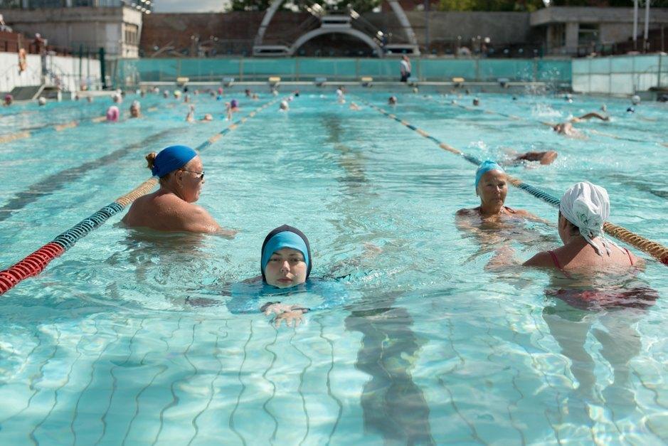 В одежде в бассейне купается девушка — 9