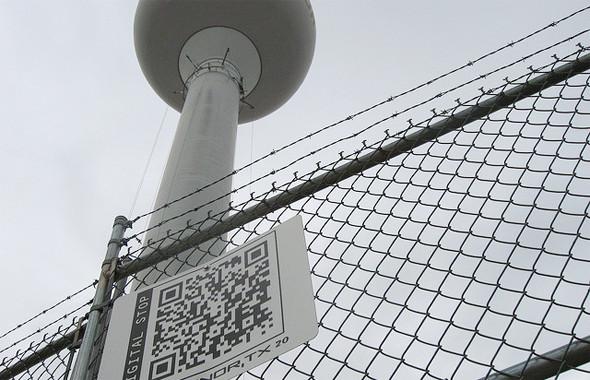 Все сооружения в городе оборудованы QR-кодами. Ссылка ведет на информацию о здании. Изображение № 2.