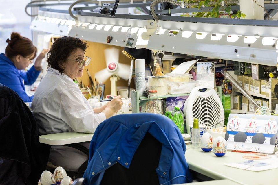 Как делают сервизы истатуэтки наИмператорском фарфоровом заводе. Изображение № 15.