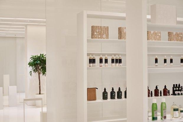 В AuPontRouge открылся этаж Cosmotheca сминималистическим дизайном иконвейером. Изображение № 15.