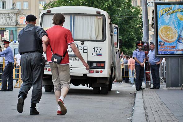 Буйных начинают заводить в автобусы.