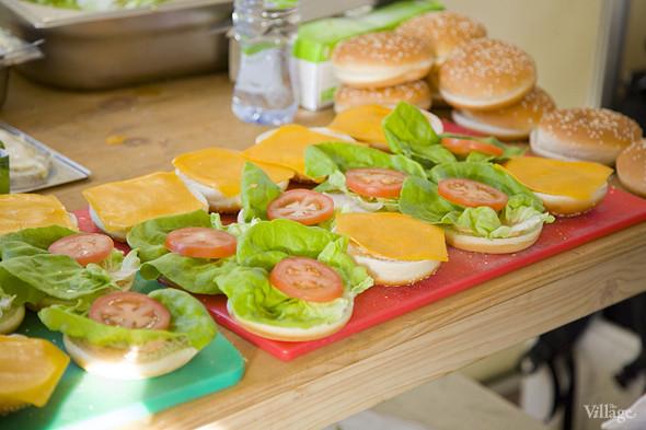 Процесс приготовления бургеров в шатре Corner Burger. Изображение № 38.