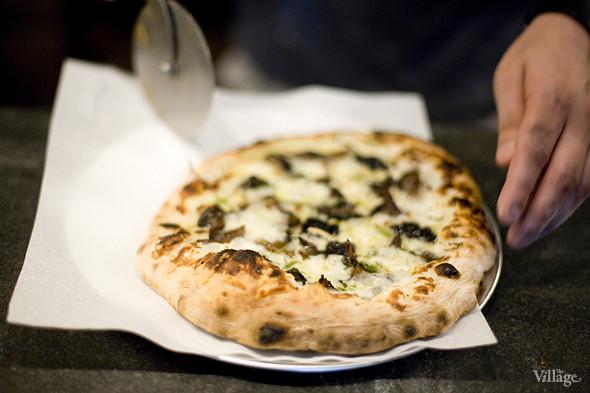 «Грибная» (грибы, жареные в дровяной печи, жареный чеснок, соус морнэ, сыр грюйер, орегано) — 430 рублей