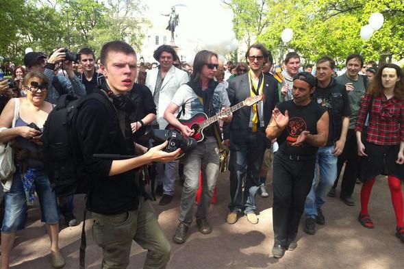 В воскресенье в Петербурге гуляли 500 человек, в понедельник закрывают Исаакиевскую. Изображение № 13.