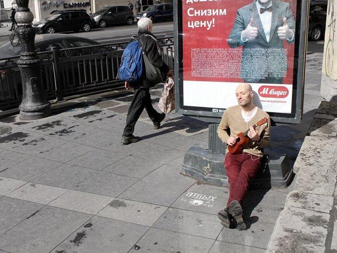 Художница сфотографировала мужчин рядом с надписями «Отдых 24часа». Изображение № 6.