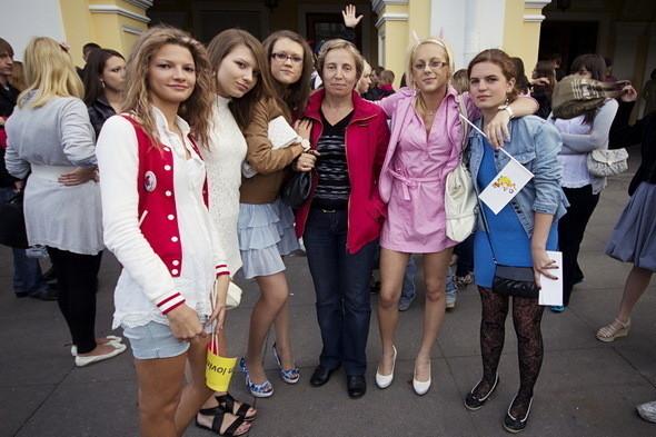 В 178-й школе только один 11-й класс. С классной Еленой Анатольевной они пришли вместе. По сравнению с прошлым годом количество выпускников уменьшилось на 20 процентов.