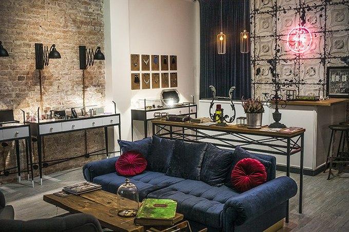 На Петроградской открылся шоу-рум винтажной мебели иукрашений 22.13Gift. Изображение № 2.
