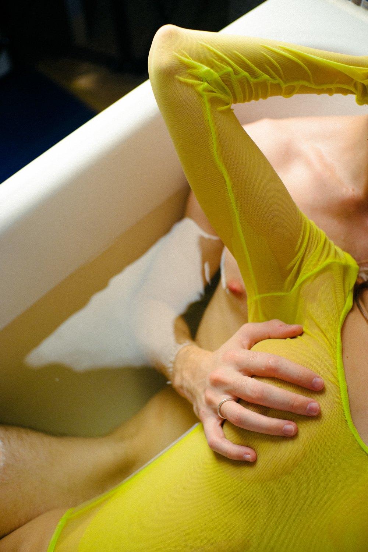 Девушка голой лежит на кровати и мастурбирует пока камера соседа снимает материал