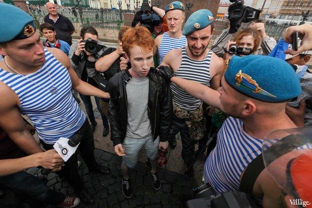 Фото дня: Десантники пытались избить гей-активиста на Дворцовой. Изображение № 1.