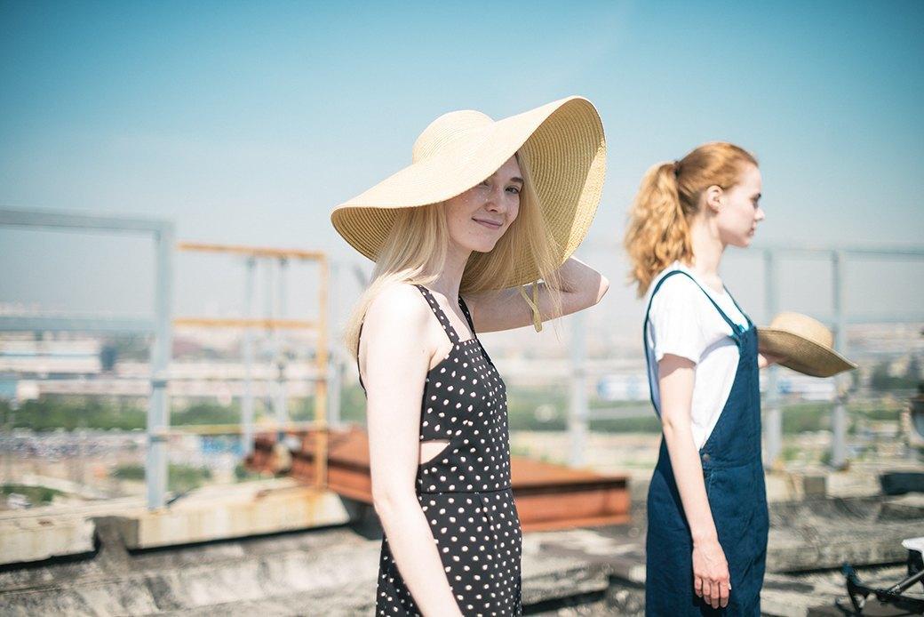 На уровне неба: 5 комплектов одежды для тёплых дней в Москве. Изображение № 5.