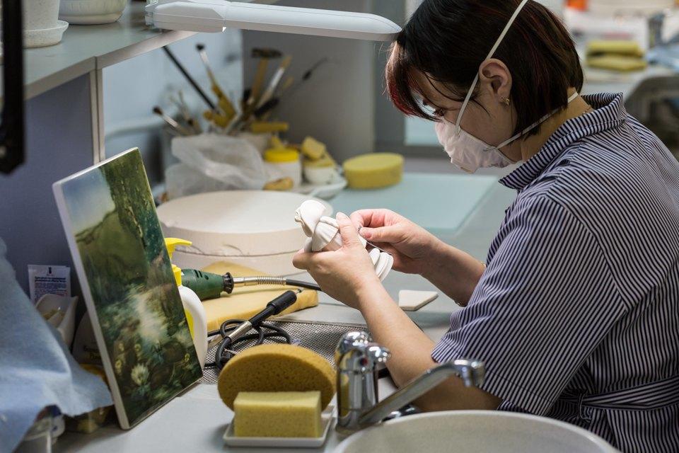 Как делают сервизы истатуэтки наИмператорском фарфоровом заводе. Изображение № 6.