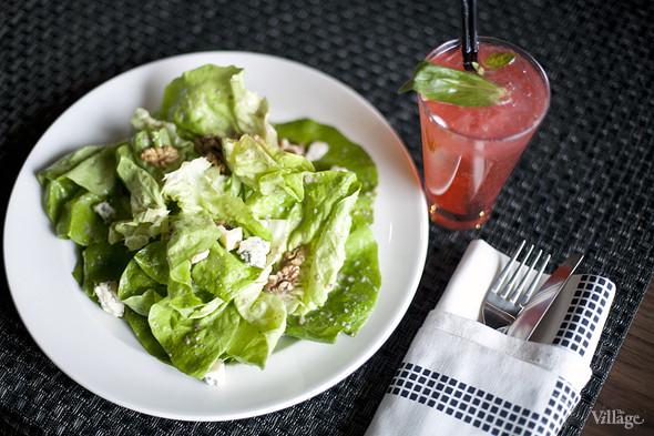 Салат-латук с сыром Блё д'Овернь, жареными грецкими орехами и заправкой из кленового сиропа — 290 рублей