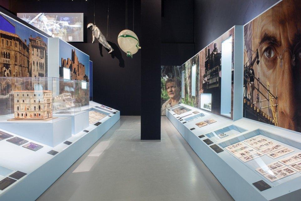Что посмотреть навыставке «Дизайн007: 50лет стилю ДжеймсаБонда». Изображение № 2.