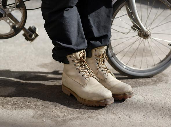 На Андрее шапка Nike, шарф Gant, дутая жилетка Penfield, перчатки и ботинки Timberland. Андрей катается на велосипеде по всему городу.. Изображение № 9.