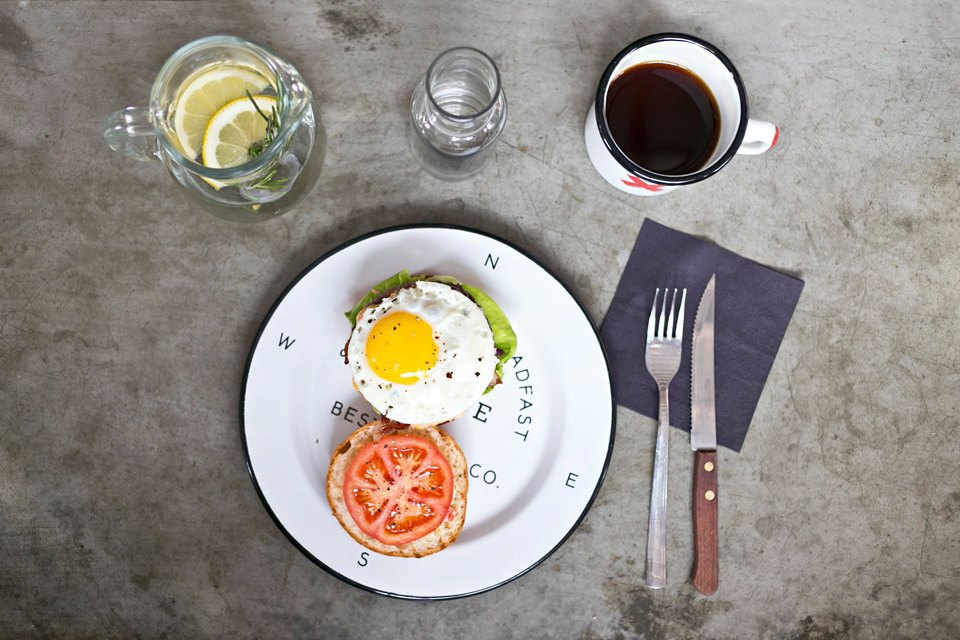 «Бургер утренний» с яйцом и беконом (350 рублей); вода с лимоном и розмарином (бесплатно); кофе (150 рублей). Изображение № 12.