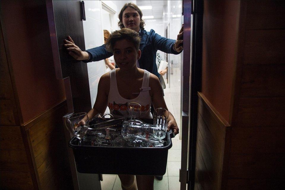 Полуголая правда: Как откровенно одетые официантки работают вмужском баре. Изображение № 11.